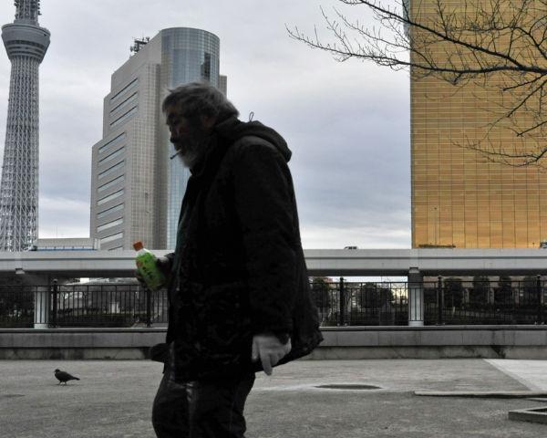 野宿者を押し潰すかのように聳え立つスカイツリー。貧者には何の恩恵ももたらさない。=31日、墨田公園・台東区。写真:島崎ろでぃ撮影=