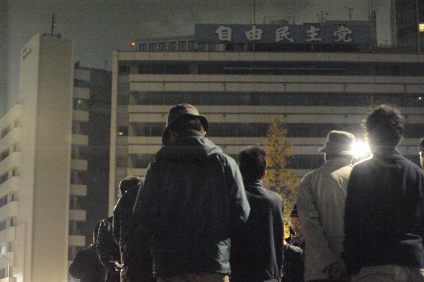 いつもはすぐ目の前にある自民党本部だが、今夜は遠くから再稼働反対の声をあげた。=21日午後8時頃、永田町。写真:島崎ろでぃ撮影=
