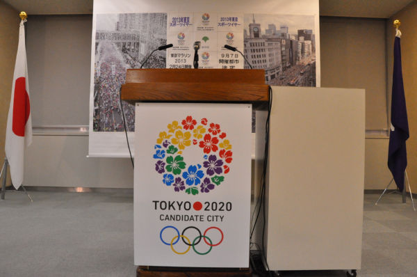 記者会見室の飾りはオリンピックムードに溢れているのだが…=同日、東京都庁。写真:田中撮影=