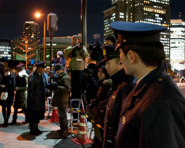 カメラマン・コーナーの前にズラリと並んだ制服警察官。初めて見る光景だ。=18日夕、官邸前。写真:島崎ろでぃ撮影=
