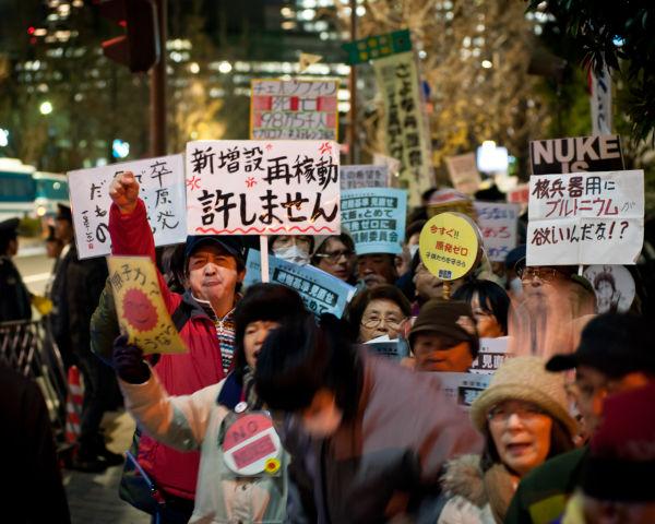 足元からジンジン冷える夜だったが、参加者たちは元気一杯「再稼働反対」のシュプレヒコールをあげた。=11日夕、首相官邸前。写真:島崎ろでぃ撮影=