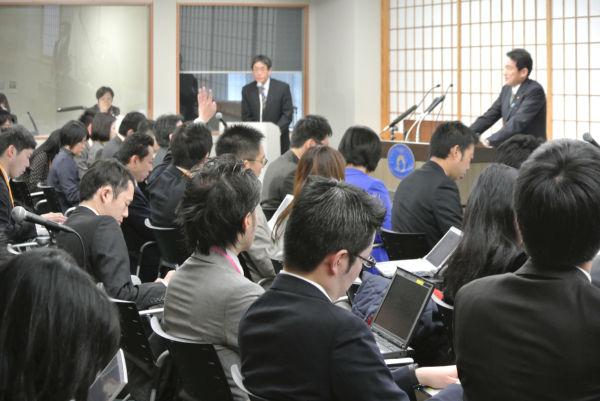 岸田文雄外相・記者会見。フリーランスを探すのにひと苦労する。=8日、外務省記者会見室。写真:田中撮影=