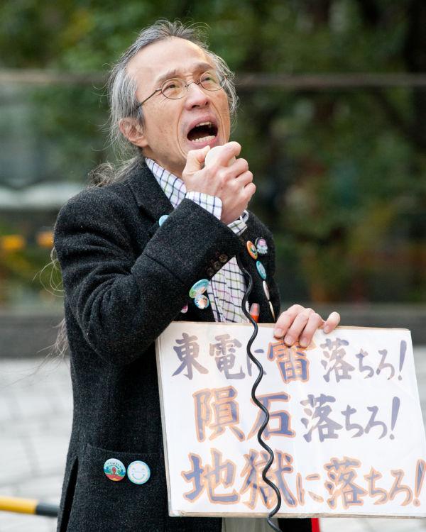 「また事故がおきれば日本だけではなく世界も汚染することになる。その補償ができる電力会社なんかないんだ」。男性は全身の力を振り絞るようにして抗議した。=5日午後、東京電力前。写真:島崎ろでぃ撮影=