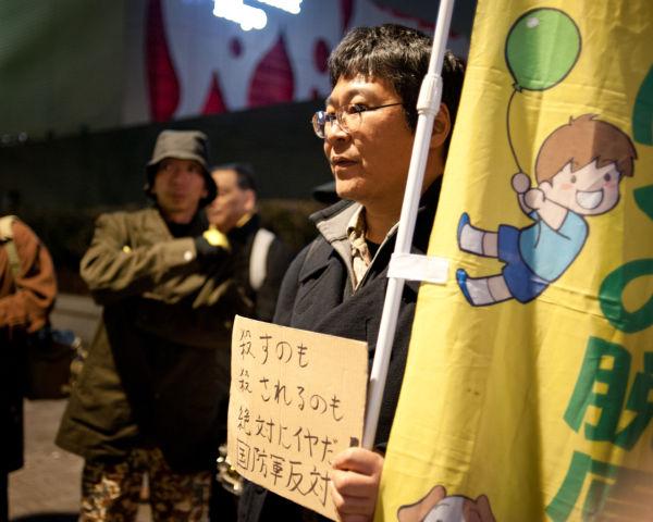 男性は「国防軍反対デモならどこでも駆け付ける」。子供を守りたい一心だ。=写真:島崎ろでぃ撮影=
