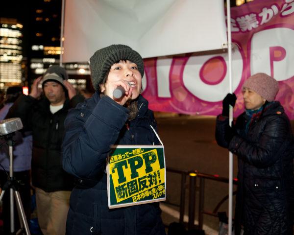 「失業者増えるTPP反対」「賃金下がるTPP反対」…今年初めてのシュプレヒコールが首相官邸に向けて響いた。=8日夕、永田町。写真:島崎ろでぃ撮影=