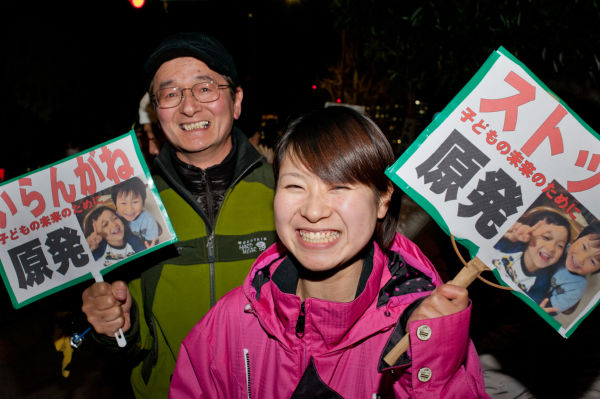 愛知県から新幹線に乗って駆け付けた父娘は初参加だ。プラカードには孫の写真が貼られていた。=写真:島崎ろでぃ撮影=