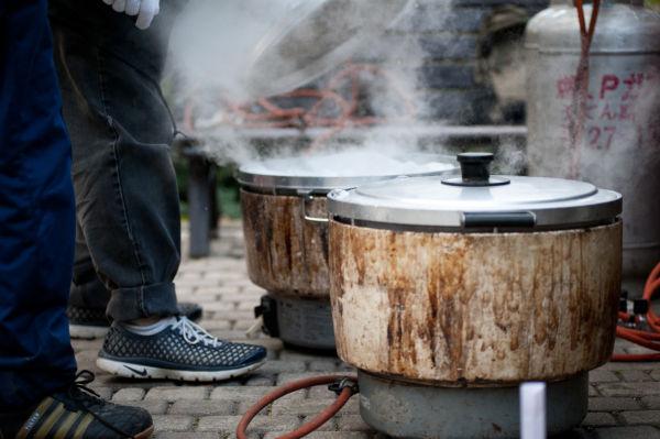 もつ煮込み80食分の準備が進む。=3日夕、美竹公園。写真:島崎ろでぃ撮影=