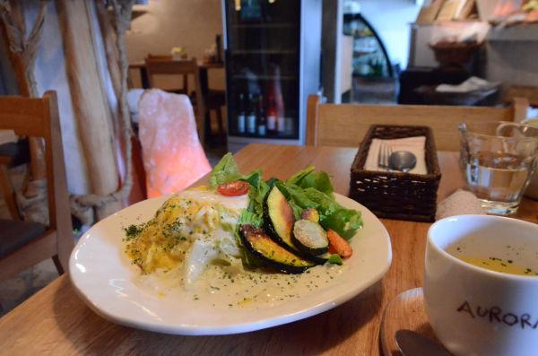 鹿児島産たまごを使ったオムライス。キャベツの甘みが広がるクリームソースととろける卵のコンビネーションが絶妙だ。セットのスープは野菜の持ち味を十分引き出している。=撮影:諏訪都=