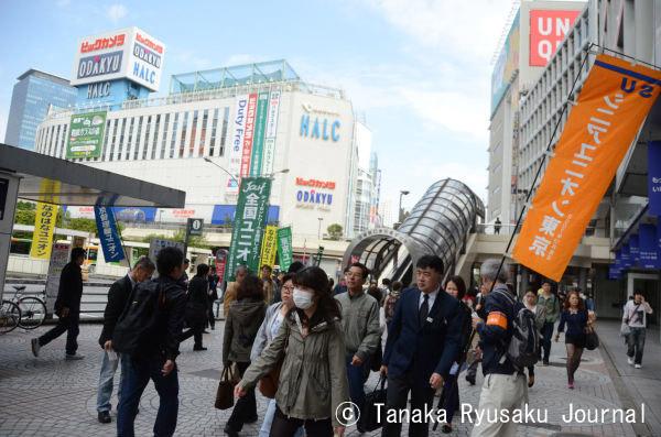 シニアユニオン(右端ノボリ)は、60歳以上の労働者の雇用継続を求めて戦う組合だ。=1日午前、新宿西口 写真:田中龍作=