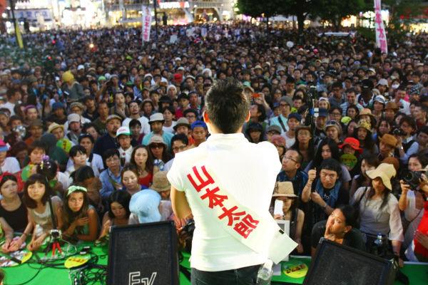 聴衆で埋め尽くされた「選挙フェス」。熱気も凄まじかった。=20日夕、渋谷ハチ公前 写真:山田旬=