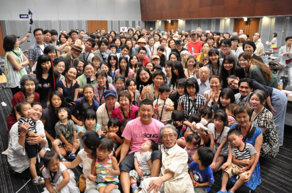 集会後、参加者たちは山本氏とともに集合写真に納まった。=写真:田中龍作=