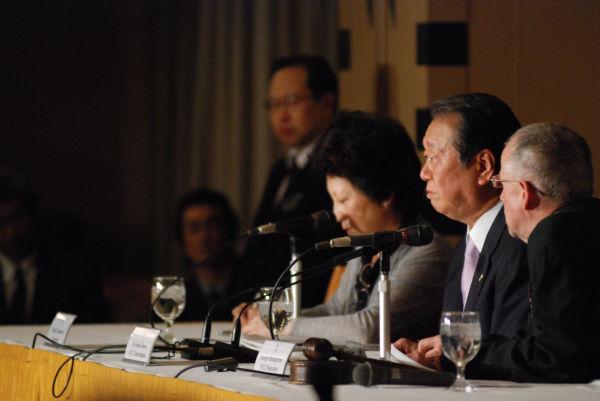 日本外国特派員協会の記者会見に招かれた小沢一郎氏。司会者は小沢氏を「メディアによる人物破壊の犠牲者」と紹介した。=昨年12月 写真:島崎ろでぃ=