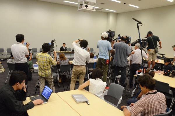 大勢の報道陣に囲まれる山本議員。参院選への出馬記者会見(5月)では、メディアはこれほど集まらなかったのだが。=6日夕、参院会館 写真:筆者
