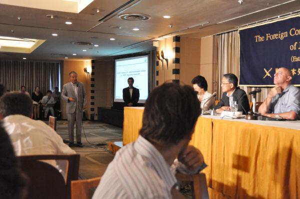「国際協力なしで解決はありえない」と迫る村田元スイス大使。=写真:筆者=