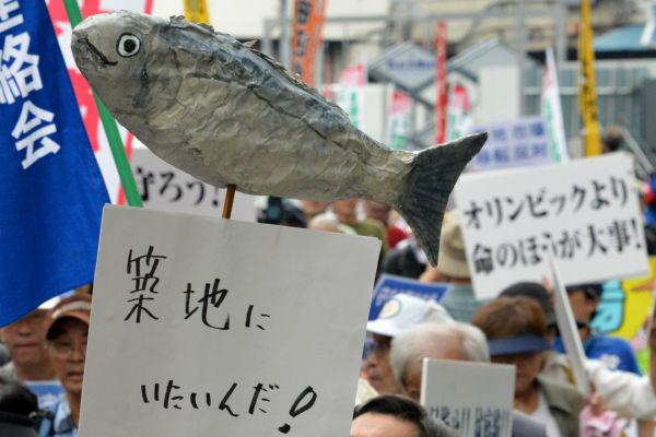 「築地にいたいんだ」魚たちも地中に猛毒が混じる豊洲市場には行きたくないようだ。移転反対デモで。=7日、新橋付近