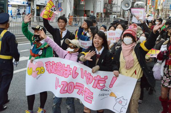 「何がヒミツって、それがヒミツ」「秘密保護法ハンターイ」…日曜日の渋谷に少年少女たちのシュプレヒコールが響いた。=26日、写真:筆者=