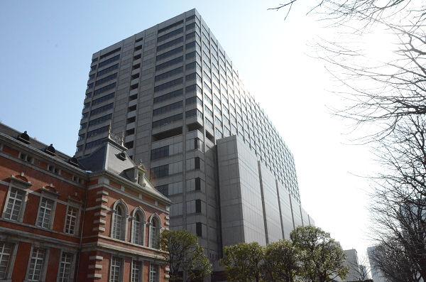 東京地裁、高裁などが入る高層ビル。裁判所は国民の財産と正義を守るものではなくなりつつある。手前の赤レンガは法務省。=写真:筆者=