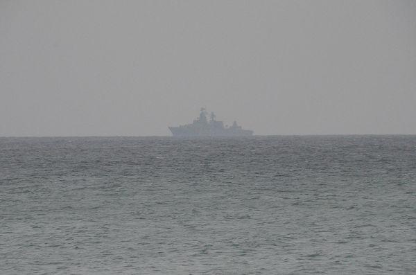 沖ではロシア海軍とみられる艦船が偵察にあたっていた。=7日、ドヌーズラフスキー湾岸より 写真:筆者=