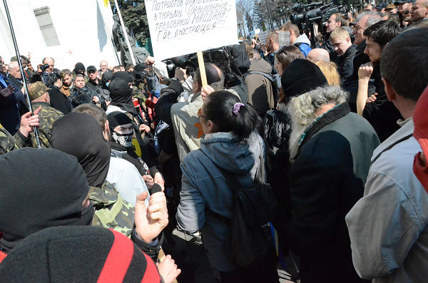 【キエフ発】 ウクライナ危機・新局面に 極右が国会封鎖