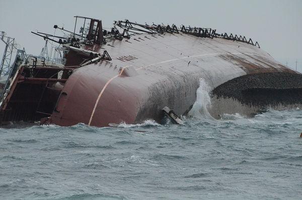 船の右はドヌーズラフスキー湾、左が黒海。水深が浅いため、船体は海上に姿を見せている。漁船のような小型船舶以外は航行不可能になっている。=7日、ドヌーズラフスキー湾出入口 写真:筆者