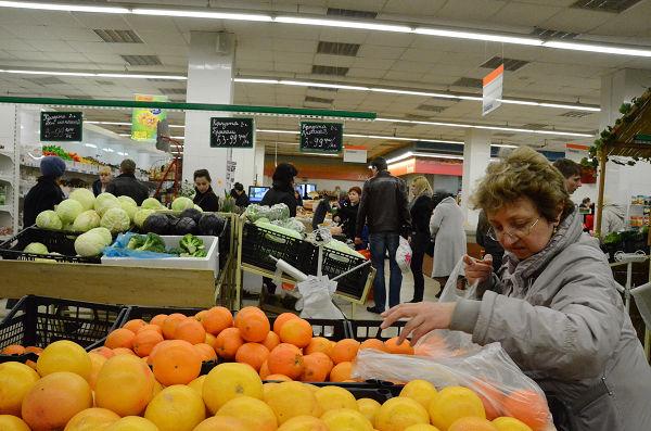 主婦と思われる女性は、オレンジを一つ一つ手に取りながら慎重に品定めしていた。=シンフェロポルのスーパーマーケット 写真:筆者=