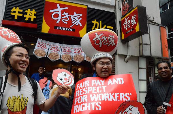 朝日新聞によれば「すき家」はアルバイト不足で一時閉店が相次ぐ。=15日午後、渋谷センター街 写真:筆者=