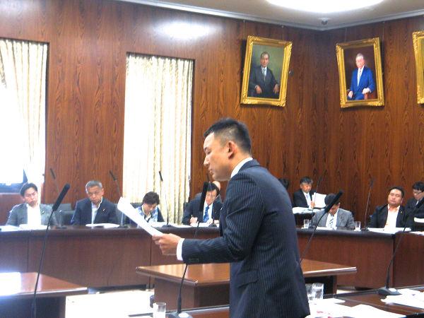 綿密な資料をもとに政府を追及する山本太郎議員。=20日、参院内閣委員会