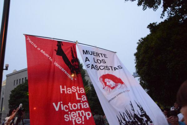 「ファシストに死を」。革命前夜のような旗(右)が登場するようになった。=17日午後7時頃、永田町 写真:筆者=