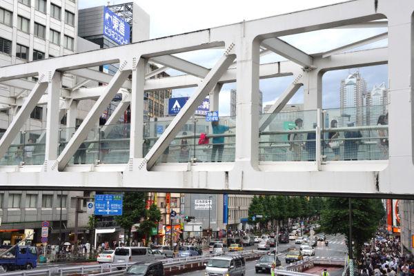 男性は上部の橋げたに登り自殺を図った。現場には事件を知った青年が駆けつけ「9条壊すな」と書いたプラカードを掲げた。=写真:山田旬=