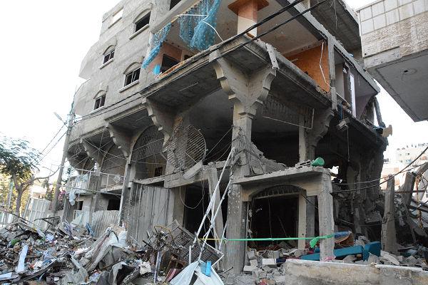 イスラエル軍の空爆により破壊されたビル。スーパーマーケットとアパートだっ... イスラエル軍の空