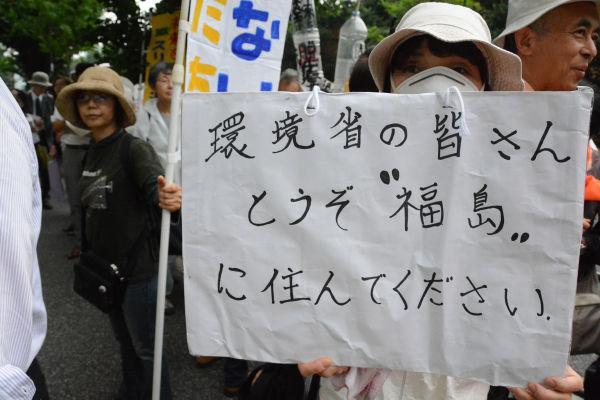 福島住民との話し合いの中で「福島に住んでもいい」と軽々に答えた官僚がいたため騒然となった。=3日、環境省前 写真:筆者=