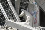 住民は家財道具を取りに帰ったのだが、自宅は破壊されていて中に入れない。=26日、アル・シジャーイヤ 写真:筆者=