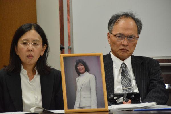 美菜さんの遺影と共に報告集会に臨む両親。=22日、日本弁護士会館 写真:筆者=