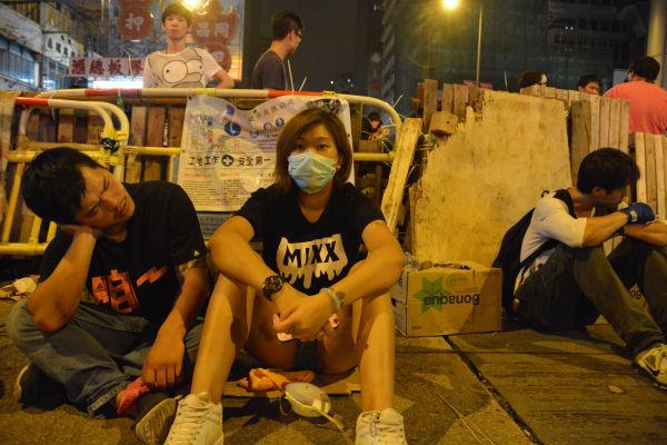 いま主戦場となっているモンコック。デモ参加者は暴力団との夜通しの攻防に疲れ切っていた。=5日午前6時30分頃