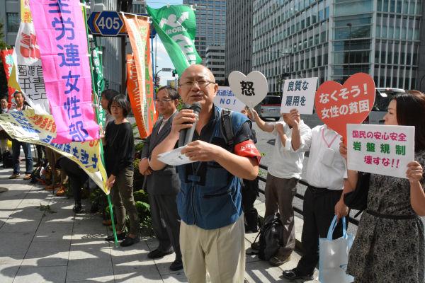 「雇用を破壊するな」。各業界の労働者たちがリレートークで訴えた。=8日、... 「雇用を破壊する