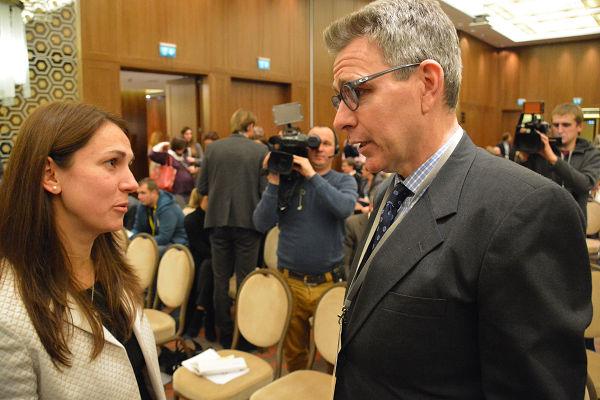 旧知の間柄のように話すハンナ議員(左)とジェフリー大使。ハンナ議員は先月末、国会議員に初当選したばかりなのだが…。=19日、キエフ