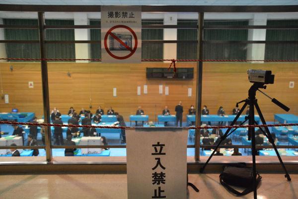 ロープが張られ「立入り禁止」「報道機関以外・撮影禁止」の札が。=14日夜、都内開票所 写真:筆者=