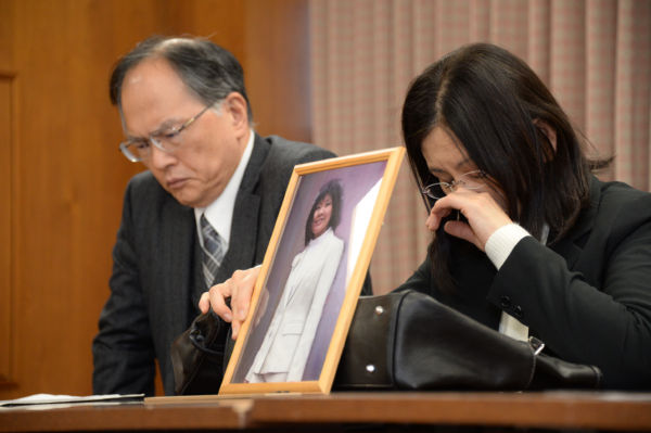 原告の豪さん(父親)と祐子さん(母親)。2人は毎回、遺影を携えて出廷する。=2日、弁護士会館 写真:山本宏樹=