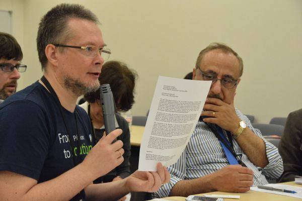 リトアニア国民からのレターを見せながら日本の原発輸出を追及するロシアの環境活動家。=19日、参院会館 写真:筆者=