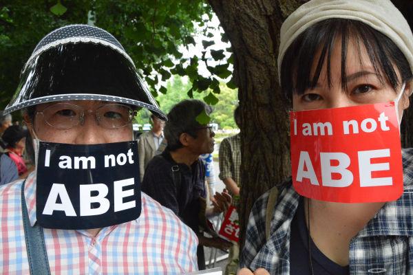 I am not ABE マスクは安倍政権になって物言えなくなったことを表す。=14日、国会議事堂正門前 写真:筆者=