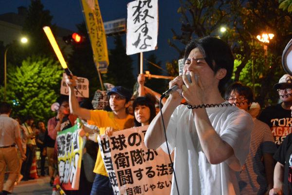 反戦を呼びかける学生。借金のカタに戦地に送られることを願う若者はいない。=5月、官邸前 写真:筆者=