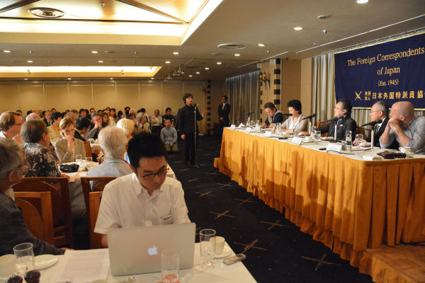 安保国会の「潮目を変えた」憲法学者の会見とあって、会場は内外の記者で満席になった。=15日、日本外国特派員協会 写真:筆者=