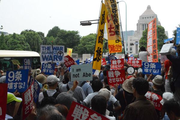 戦争法案を審議中の国会に向かってシュプレヒコールをあげる参加者たち。=14日、議事堂正門前 写真:筆者=