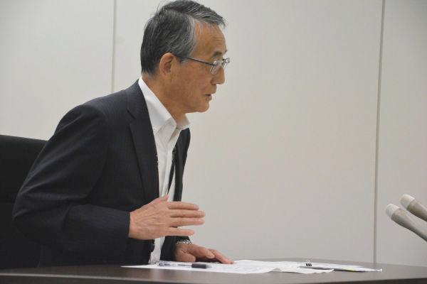 落ち着きを失っていたのか。田中委員長の両手は、驚くほど早いテンポで踊った。=24日、原子力規制庁 写真:筆者=