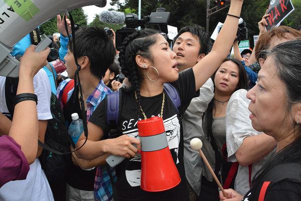 警察の規制線決壊。議事堂へ向かって前進する若者たち。=30日午後1時40分 写真:筆者