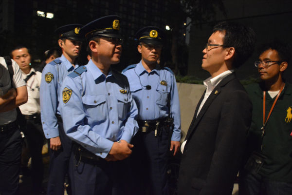 弁護士(右)が到着すると緊張が和らいだ。=27日23時30分頃、国会前 写真・筆者=