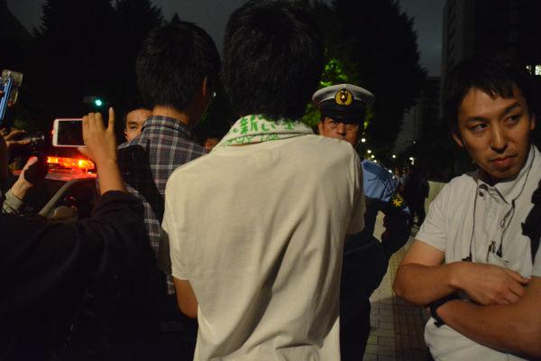 警察官と対峙する学生たち。法的根拠の説明を求めた。緊迫の場面だった。=27日23時30分頃、国会前 写真・筆者=