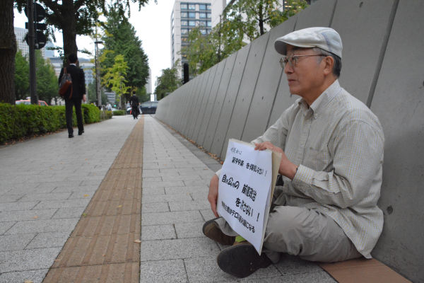 男性はデモ集会には加わらない。「始まる前に帰る」。=24日、参院会館前 写真:筆者=