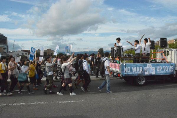 「民主主義って何や」「うちらが主権者」…関西弁でコールをあげながらデモ行進する中高生たち。=19日午後、京都三条大橋 写真:筆者=