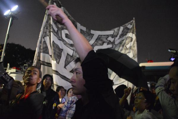 「さよなら晋三」の旗がひるがえった。いつまでこんな表現が許されるのだろうか?=18日午後10時過ぎ 写真:筆者=